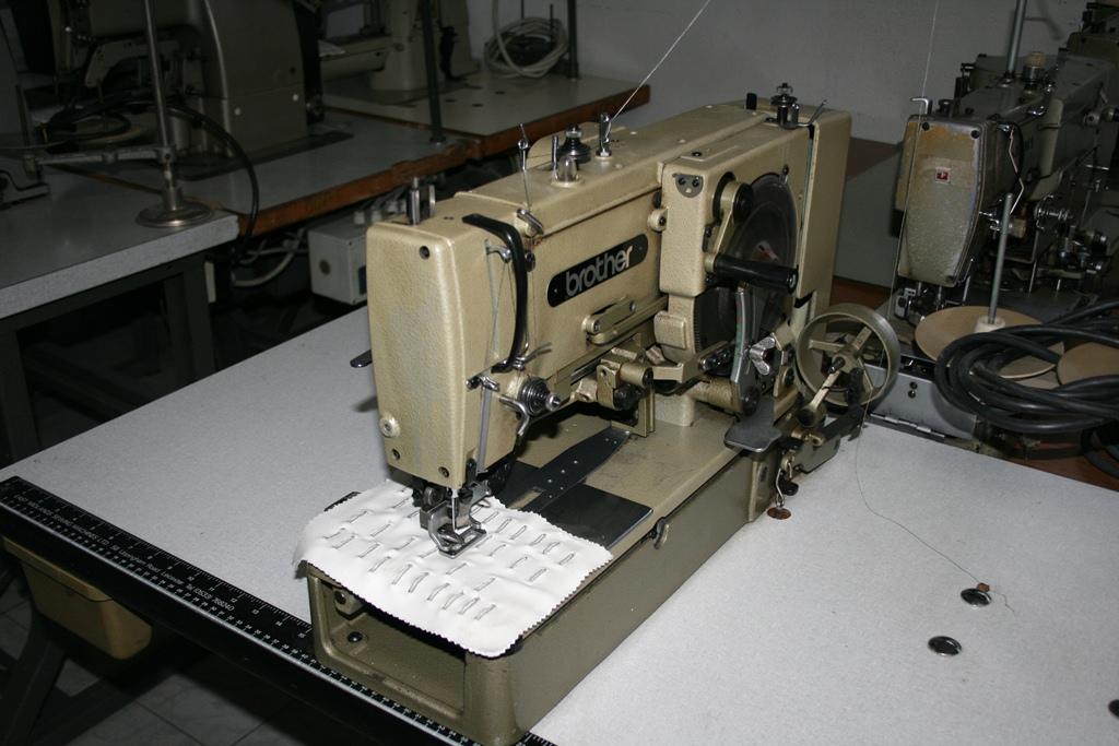 Masina de cusut butoniera usoara Brother LH4-B814-2