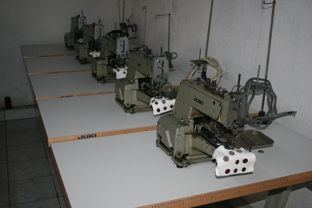 Masini de cusut nasturi Juki MB-372